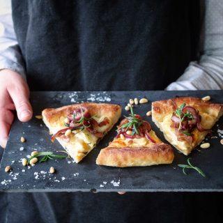 Pizza med potet, karamellisert rødløk og pinjekjerner