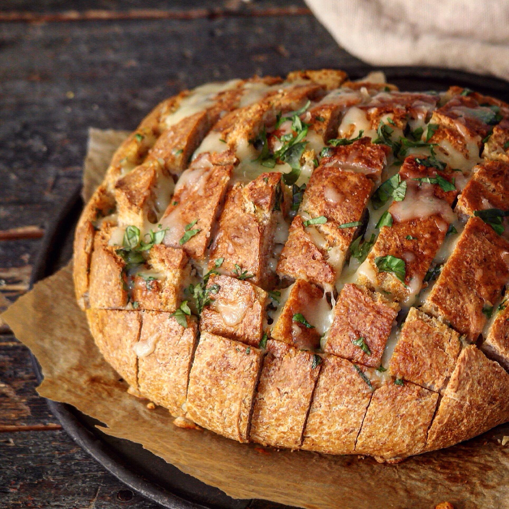 fylt brød med basilikumsmør og mozzarella