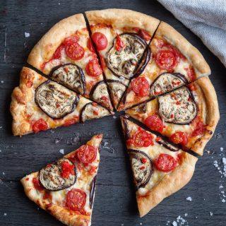 Spicy pizza med grillet aubergine og søte plommetomater