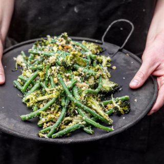 Ristet brokkolisalat med aspargesbønner og nøtter