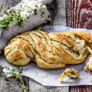 Brød med hvitløk og urtesmør