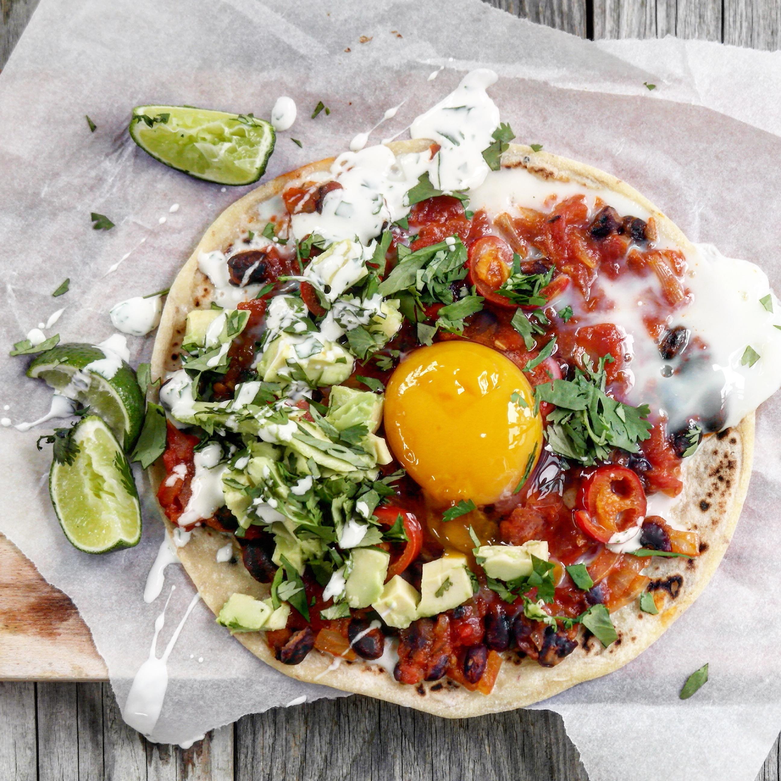 Bakt speltlompe med tomatsaus, chili og egg