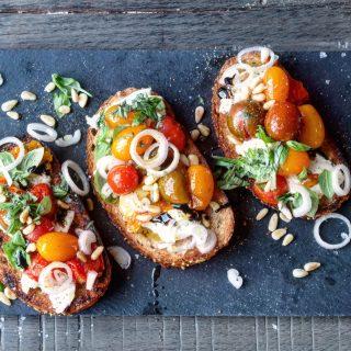 Bruschetta med bakte tomater, mozzarella og pinjekjerner