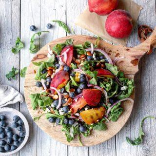 Sommersalat med grillede fersken, blåbær, fetaost og ristede mandler