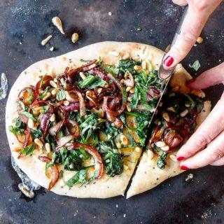 Nanbrød pizza med spinat, karamellisert løk og pinjekjerner