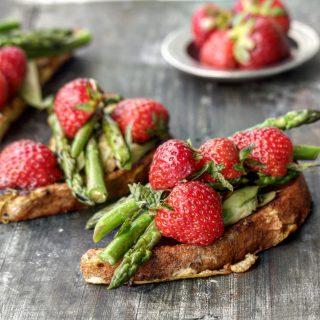 Toast med jordbær og asparges
