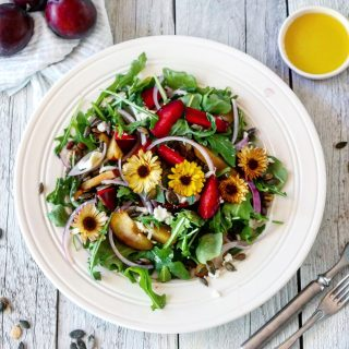 Salat med plommer, chevre og honningvinaigrette
