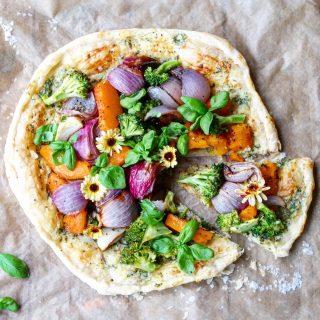 Terte med bakt gresskar, brokkoli og rødløk