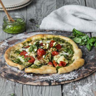 Pizza med pesto og squash
