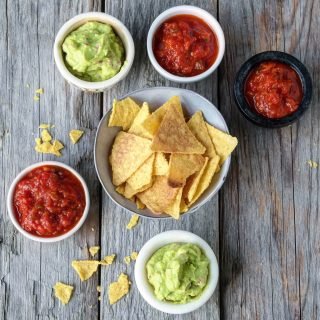 Nacho chips med guacamole og spicy tomatsalsa