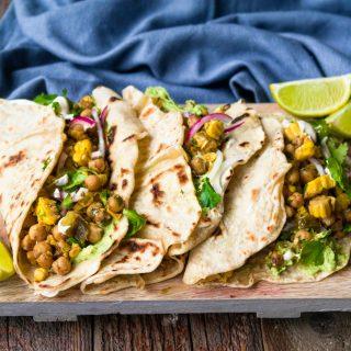 Tortilla med guacamole, mais og kikerter