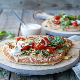 Nanbrødpizza med squash, tomater og ristede pinjekjerner