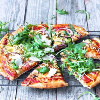 Pizza med squash, ruccola og revet parmesan