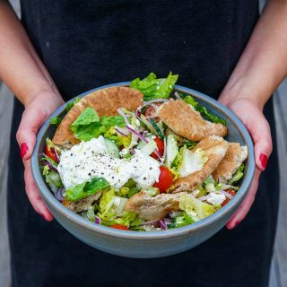 Gresk salat med tzatziki og pitabrød