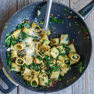 Enkel pasta med smørstekt grønnkål og ost