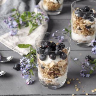 Vaniljekesam med blåbær og granola