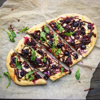 Pizza med blåbær og karamellisert løk