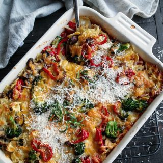 Lun pastaform med tomatsaus, aromasopp og brokkoli