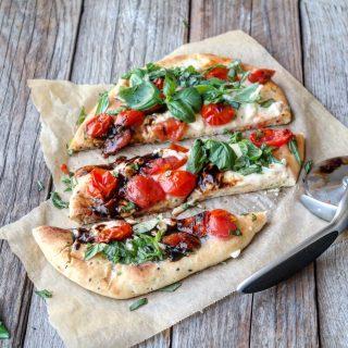 Nanbrød pizza med mozzarella, tomater og basilikum