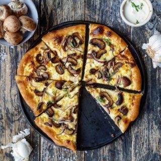 Hvit pizza med smørstekt sopp og rødløk