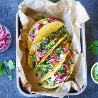 Vegetar taco med syltet rødløk