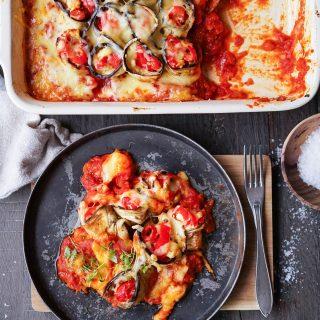 Gratinerte aubergineruller med fetaost og paprika