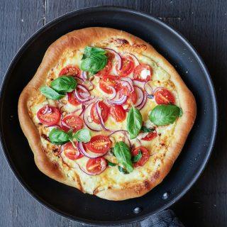 Panne pizza med hvit saus og plommetomater